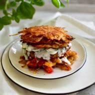 Burger drobiowy podany na plackach ziemniaczanych z warzywami