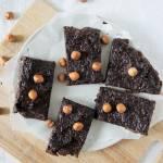 Raw brownie z daktyli i orzechów laskowych