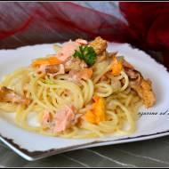 Spaghetti z łososiem i kwiatami cukinii
