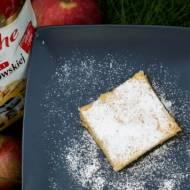 Kruche ciasto z jabłkami i masą budyniową.