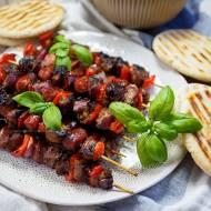 Szaszłyki z indyka z warzywami i lekkim sosem ziołowym