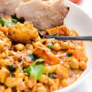 Warzywne curry z ciecierzycą, kalafiorem i batatami