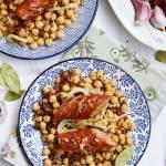 Smażona kiełbasa podwawelska na sałatce z ciecierzycy z orzechami włoskimi i suszonymi pomidorami
