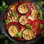 Zapiekanka z chlebem, pomidorami i cukinią