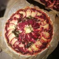 Tarta z jarmużem, pieczonymi burakami i sosem beszamelowym