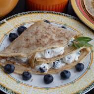 Naleśniki orkiszowe z serem i borówkami