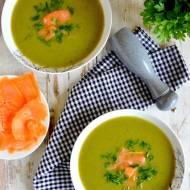 Zielona zupa z brokuła, cukinii i ziemniaków podana z wędzonym łososiem i natką pietruszki