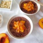 Z cyklu: Dla dzieci - Czekoladowa owsianka z karmelizowanymi brzoskwiniami (Porridge al cacao con pesche caramellate)