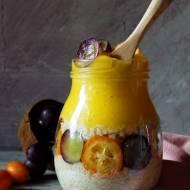 Quinoa na mleku kokosowym z musem mango, kumkwatami i winogronami