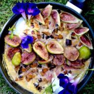 Słodki omlet z karmelizowaną na winie figą i śliwką