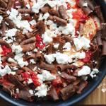 Makaron gryczany z kurczakiem w pomidorach i serem feta
