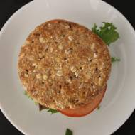 Burger drobiowy ze szpinakiem z sosem koperkowo-czosnkowym