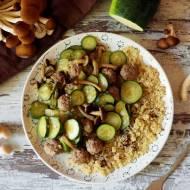 Quinoa z cukinią, grzybami pioppino i pulpecikami
