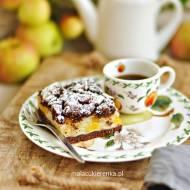 Szarlotka z dużą ilością jabłek na kruchym cieście z kakao i brzoskwiniami