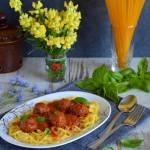 Spaghetti z pulpecikami w sosie pomidorowym