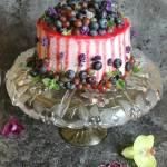 Tort kakaowy z borówkami, winogronami i kremem śmietankowo - malinowym
