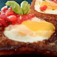 maślane tosty z jajkiem sadzonym i pikantną salsą pomidorową