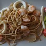 Spaghetti pełnoziarniste z owocami morza