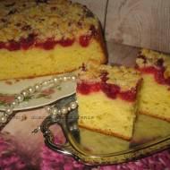 Jogurtowe ciasto z malinami i kruszonką