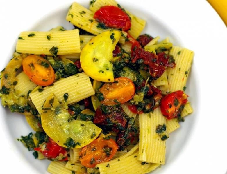 Makaron z cukinią, szpinakiem i pomidorami