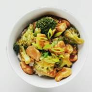 Stir-fry z kurczakiem, tofu i brokułami