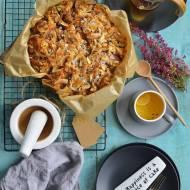 Kardamonowe ciasto ze śliwkami i kruszonką z migdałów i kokosa.
