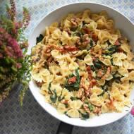 Makaron ze szpinakiem, suszonymi pomidorami i orzechami włoskimi