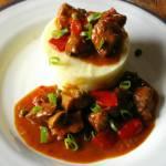 Gulasz wieprzowy z papryką i pieczarkami.