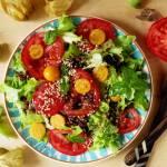Sałatka z czerwoną quinoą, miechunką peruwiańską i nasionami konopi