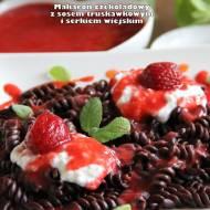 Makaron czekoladowy z sosem truskawkowym i serkiem wiejskim