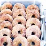 Pieczone donuty z jabłkami i cynamonem