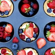 Kruche babeczki z kremem karpatkowym i owocami