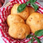 Z cyklu: Domowe pieczywo - Focaccia z suszonymi pomidorami (Focaccia ai pomodori secchi)