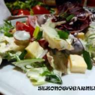 Sałatka z winogronami i sosem czosnkowym