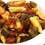 Makaron z duszonym bakłażanem, pomidorami i serem ricotta