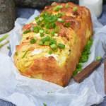 Odrywany chleb na śmietanie z twarogiem , kolorowym pieprzem i fetą
