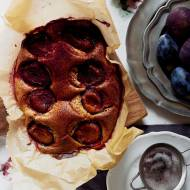 Bezglutenowe ciasto ze śliwkami i kardamonem