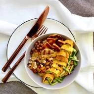 Wytrawna owsianka z halloumi, omletem, orzechami laskowymi i grillowaną cukinią oraz papryką