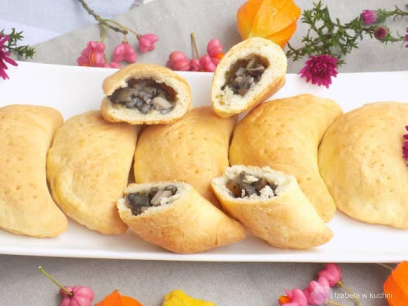 Krucho-drożdżowe pierożki z grzybami.
