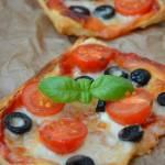 Pizzerinki z ciasta francuskiego. Mini pizzerinki przepis.