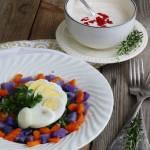 Szybka sałatka z fioletowymi ziemniakami, marchewką i jajkiem, z dodatkiem sosu musztardowego