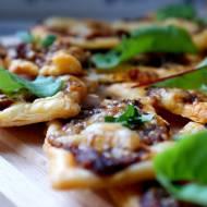 Szybkie i pyszne mini pizze z ciasta francuskiego z warzywnym nadzieniem