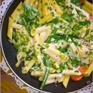 Bezglutenowy makaron z warzywami i jogurtem. Lżejszy obiad.