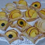 Ciastka francuskie z kremem i owocami