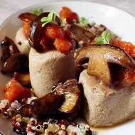 Quinoa i pasztet z króliczej wątróbki z konfiturą z jarzębiny i podgrzybkami