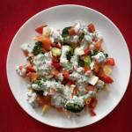 Sałatka z łososiem, brokułem i jajkiem