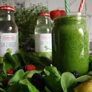 Zielony koktajl ze szpinakiem i sokiem z brzozy