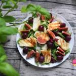Sałatka z serem halloumi, figą, winogronem i mixem sałat