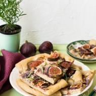 Focaccia z figami, czerwoną cebulą, gorgonzolą i rozmarynem