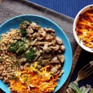 Quinoa z gulaszem z kurczęcych żołądków i pikantną surówką z marchewki i pora